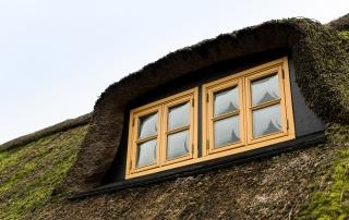 Maling af vinduesrammer på romantisk bindingsværkshus