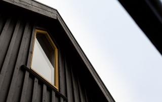 Maling af vinduesrammer på træhus