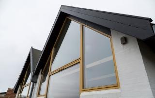 Maling af vinduesrammer på arkitekttegnet hus